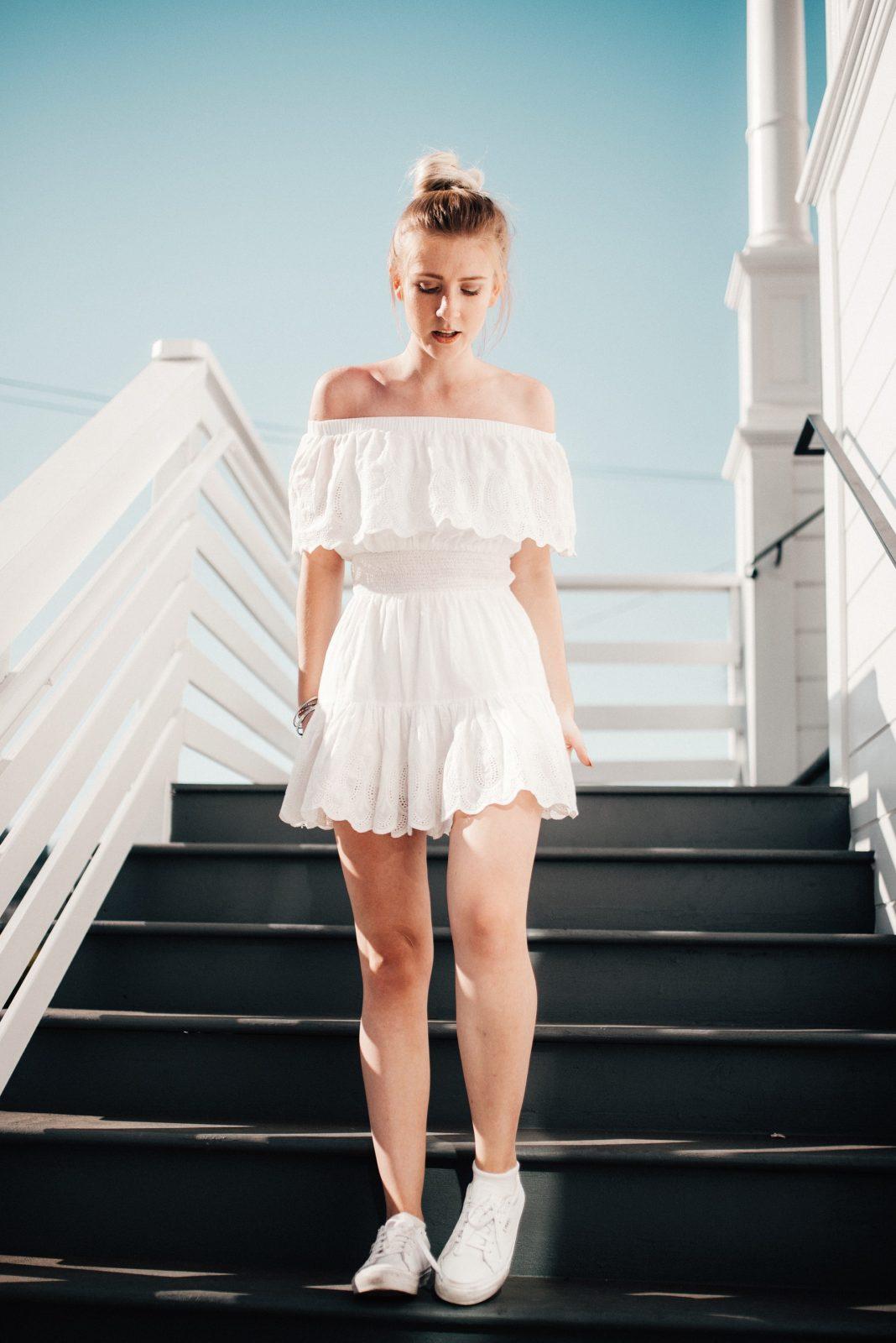 Do jakich sukienek można założyć trampki?