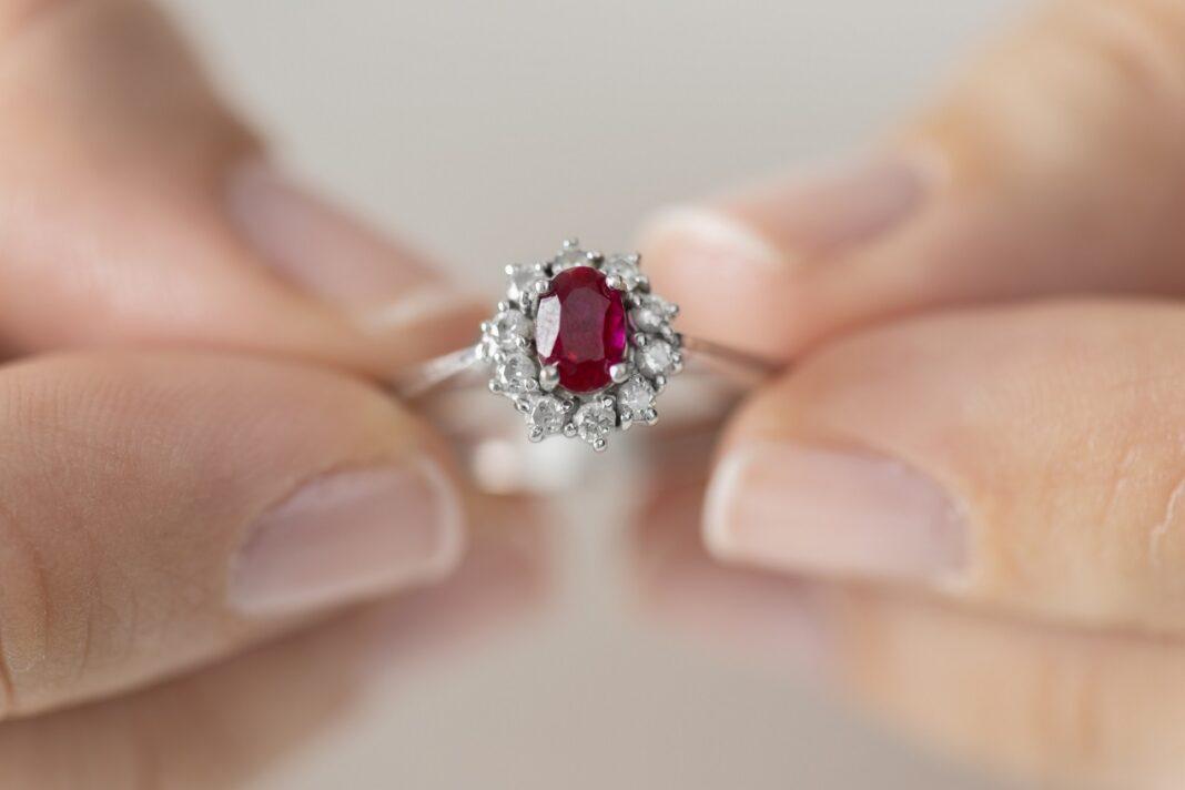 Symbolika rubinu w biżuterii